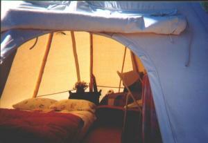 int rieur d 39 un tipi tipi qu bec teepee tseiwei tipis et habitations autochtones canots. Black Bedroom Furniture Sets. Home Design Ideas