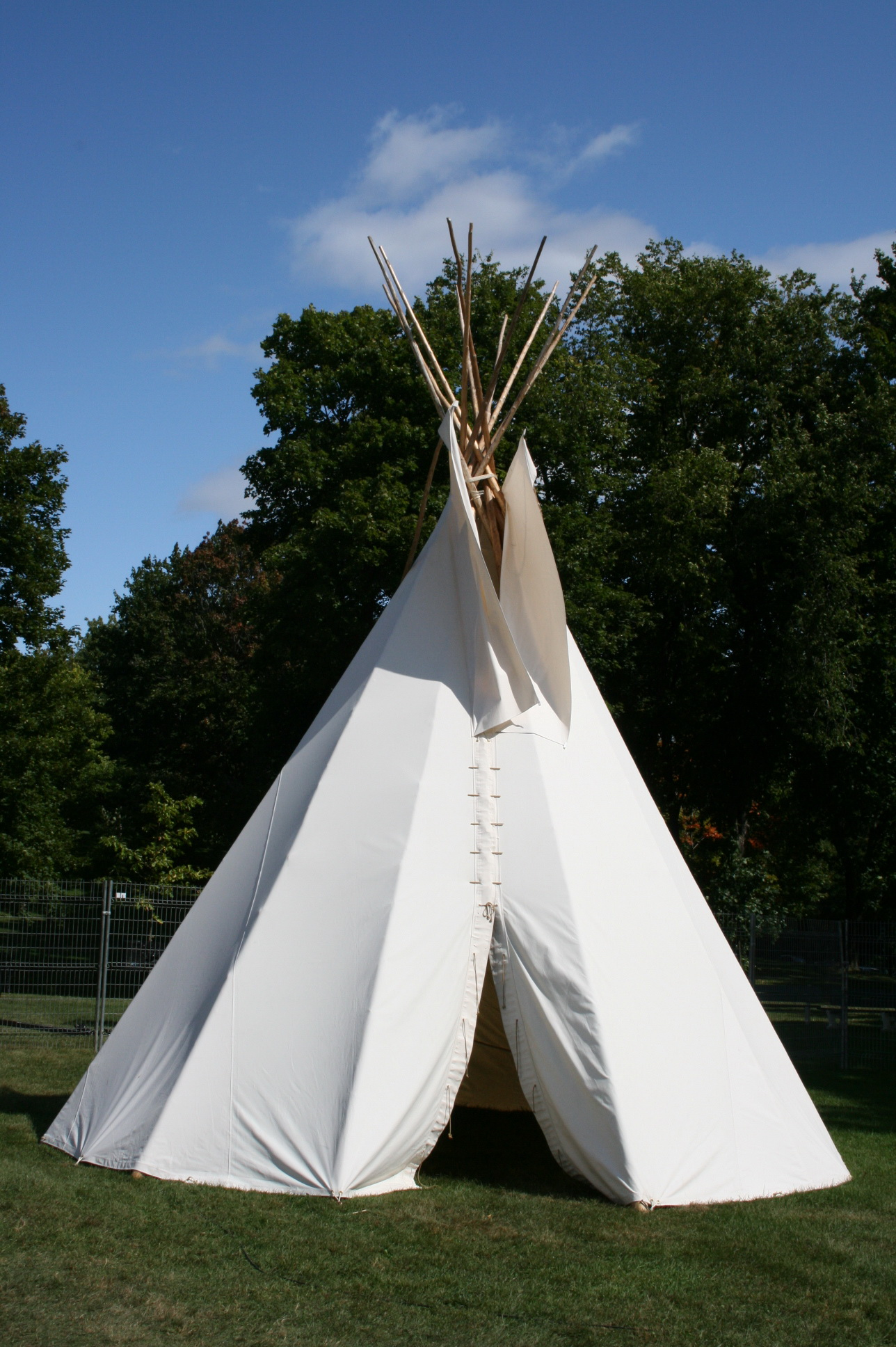 un proto de tipi pour ma fille. Black Bedroom Furniture Sets. Home Design Ideas